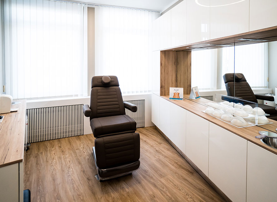 Dr. Fleischer young Aesthetics Hannover Beehandlungsraum | ICE AESTHETIC®
